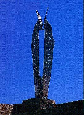 Το άγαλμα του Ίκαρου στο λιμάνι του Αγίου Κηρύκου.