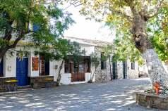 Η πλατεία του χωριού Ακαμάτρα.